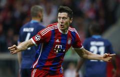 Camisa da Adidas do Bayern de Munique no jogador Robert Lewandowski durante partida da Liga dos Campeões.    21/04/2015  Reuters / Michael Dalder