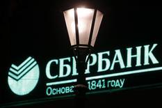 Логотип банка на здании в Санкт-Петербурге 4 декабря 2012 года. Крупнейший госбанк РФ Сбербанк видит в настоящее время сокращение спроса на кредиты со стороны населения примерно на 30 процентов по сравнению с прошлым годом, сказал зампред банка Александр Торбахов на пресс-конференции. REUTERS/Alexander Demianchuk