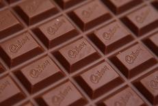Mondelez International, le fabricant du chocolat Cadbury et des biscuits Oreo, a publié mercredi des résultats trimestriels supérieurs aux attentes grâce à des réductions de coûts et des hausses de prix. Sur janvier-mars, le chiffre d'affaires total a reculé de 10,2% à 7,76 milliards de dollars. /Photo d'archives/REUTERS/Phil Noble