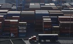 Contenedores apilados en el puerto de Valparaíso, Chile, abr 5 2013. Chile avanza en las discusiones sobre el dilatado Acuerdo Estratégico Transpacífico de Asociación Económica (TPP, por sus siglas en inglés), pero quedan materias sensibles sobre las cuales sigue negociando, dijo el miércoles el canciller. REUTERS/Eliseo Fernandez