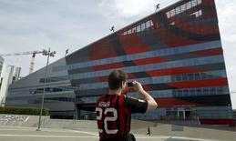 Torcedor do Milan tira foto de loja do clube em Milão. 29/04/2015 REUTERS/Alessandro Garofalo