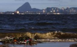 Lixo na praia da Bica, às margens da Baía de Guanabara.  24/03/2015.   REUTERS/Ricardo Moraes