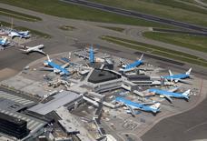 Самолеты авиакомпании KLM в аэропорту Схипхол в Амстердаме 15 апреля 2015 года. Air France-KLM сократила квартальный убыток, но предупредила, что ценовое давление и колебания курсов валют могут оказаться сильнее положительных эффектов от снижения цен на топливо в этом году. REUTERS/Yves Herman