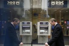 Royal Bank of Scotland a provisionné 836 millions de livres (1,2 milliard d'euros) supplémentaires pour risques juridiques au premier trimestre, la banque détenue à 80% par l'Etat affichant en conséquence une perte en dépit de la hausse de son résultat d'exploitation. /Photo prise le 25 février 2015/REUTERS/Stefan Wermuth