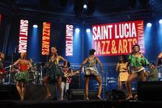 Dançarinas em show da banda do nigeriano Tony Allen no St Lucia Jazz and Arts Festival. 11/05/2013 REUTERS/Andrea De Silva