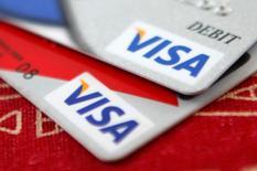 Unas tarjetas de crédito de Visa colocadas para una ilustración fotográfica en Washington, oct 27 2009. Visa Inc reportó un alza de 7,8 por ciento en sus ingresos operacionales en el trimestre finalizado el 31 de marzo, debido a que más clientes usaron sus productos para realizar pagos.    REUTERS/Jason Reed