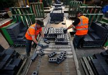 La croissance de l'activité manufacturière a subi en avril en Grande-Bretagne son ralentissement le plus marqué en plus de deux ans, alimentant un peu plus les soucis entourant la situation économique à six jours des élections législatives. L'indice des directeurs d'achats (PMI) de Markit est ressorti en avril à un plus bas de sept mois de 51,9 contre 54,0 en mars. /Photo d'archives/REUTERS/Darren Staples