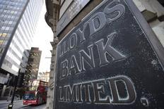 En la imagen, una sucursal de Lloyds en la ciudad de Londres, 16 de diciembre de 2014. Lloyds Banking Group confía en que las elecciones británicas de la próxima semana no descarrilarán el crecimiento económico saludable de Gran Bretaña, dijo el banco el viernes tras reportar un alza de un 21 por ciento en su ganancia en el primer trimestre gracias a menores pérdidas por préstamos incobrables. REUTERS/Toby Melville