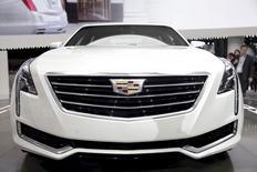 El nuevo Cadillac CT6 en su presentación en la Feria del Automóvil de Nueva York, abr 1 2015. General Motors Co y Ford Motor Co reportaron el viernes ventas de automóviles mejores a lo esperado en Estados Unidos en abril, debido a que la robusta demanda de camionetas y vehículos híbridos y utilitarios deportivos mantuvo a la industria rumbo a su mejor año en casi una década.   REUTERS/Mike Segar