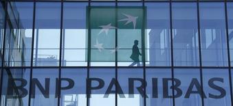 Un hombre camina en un edificio de BNP Paribas en Issy-les-Moulineaux, Francia, abr 23 2015. BNP Paribas SA fue sentenciado el viernes por una jueza estadounidense a cinco años de pruebas, en relación con un acuerdo extrajudicial récord de 8.900 millones de dólares por acusaciones de que violó las sanciones impuestas contra Cuba, Sudán e Irán. REUTERS/Gonzalo Fuentes