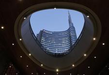 Siège à Milan d'UniCredit, la plus grande banque italienne. L'Etat italien va prendre des mesures concrètes dans les semaines à venir pour aider les banques du pays à régler le problème de leurs créances douteuses, a annoncé lundi le président du Conseil, Matteo Renzi.. /Photo prise le 17 février 2015/REUTERS/Stefano Rellandini