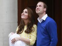 Príncipe William e Kate com a filha recém-nascida, em Londres. 2/5/2015 REUTERS/Cathal McNaughton