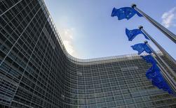 En la imagen, banderas de la UE ondean en la sede de la comisión en Bruselas, el 5 de mayo de 2015.  El crecimiento de la zona euro será este año más fuerte de lo previsto anteriormente gracias al menor precio del petróleo, un euro más débil, un crecimiento estable de la economía global y a las políticas fiscales y monetarias de apoyo, dijo el martes la Comisión Europea. REUTERS/Yves Herman