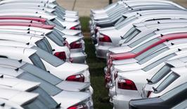 Carros novos da Volkswagen estacionados em Taubaté, em São Paulo.   30/03/2015   REUTERS/Roosevelt Cassio
