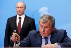 Президент России Владимир Путин и глава Роснефти Игорь Сечин в Санкт-Петербурге 24 мая 2014 года. REUTERS/Sergei Karpukhin