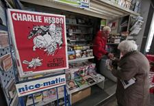 Capa do jornal satírico francês Charlie Hebdo numa banca em Nice, na França, em fevereiro. 25/02/2015 REUTERS/Eric Gaillard