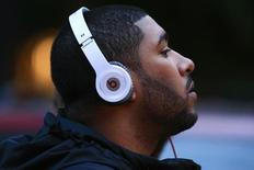 A man listens to Beats brand headphones on a street in New York, May 29, 2014. REUTERS/Eduardo Munoz