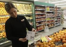 En la imagen, una trabajadora de un supermercado cambia un precio antes de la apertura del establecimiento en Vilna el 1 de enero de 2015. Las ventas minoristas de la zona euro fueron más débiles que lo previsto en marzo, según datos divulgados el miércoles, cayendo a terreno negativo en base mensual por primera vez desde septiembre pasado. REUTERS/Ints Kalnins