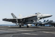 Un F/A-18E Super Hornet. Le Koweït devrait annoncer dans les prochaines semaines une commande à Boeing de 28 avions de combat F/A-18E/F Super Hornet pour au moins trois milliards de dollars. /Photo prise le 23 septembre 2014/    REUTERS/Brian Stephens/U.S. Navy