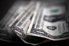 Долларовые купюры. Торонто, 26 марта 2008 года. Курс доллара близок к двухмесячному минимуму за счет слабой экономической статистики США, а рост доходности гособлигаций Германии дает поддержку евро. REUTERS/Mark Blinch