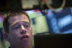 Трейдер на фондовой бирже в Нью-Йорке. 5 мая 2015 года. Фондовые рынки США снизились в среду, так как председатель ФРС Джанет Йеллен предупредила об опасности чрезмерно высоких котировок. REUTERS/Brendan McDermid