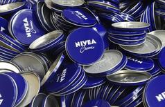 Банки для крема Nivea на заводе Beiersdorf в Гамбурге. 12 февраля 2015 года. Немецкий производитель крема Nivea - компания Beiersdorf сообщила о росте прибыли в первом квартале 2015 года выше прогнозов благодаря спросу в Восточной Европе, в том числе в России и Польше. REUTERS/Fabian Bimmer