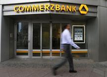La division banque d'investissement de Commerzbank, deuxième banque allemande, a vu son bénéfice d'exploitation augmenter de 40% au premier trimestre, hausse portée surtout par un bond du trading de change et obligataire. /Photo prise le 12 février 2015/REUTERS/Ralph Orlowski