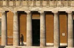 El Parlamento griego en Atenas, mayo 6 2015. Grecia desafió el jueves a sus acreedores internacionales al apegarse a los puntos que considera intransables en las negociaciones a cambio de ayuda financiera, como las reformas laboral y de pensiones, e instó a la Unión Europea y al Fondo Monetario Internacional a ceder terreno para lograr un acuerdo. REUTERS/Yannis Behrakis