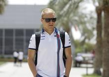 Piloto da Williams Valtteri Bottas chegando em treino.  16/04/2015   REUTERS/Hamad I Mohammed