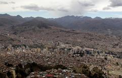 Imagen de archivo de La Paz, nov 15 2012. Bolivia registró en el primer trimestre del 2015 un déficit comercial, luego de 11 años con resultado positivo, ante la caída en los precios internacionales del petróleo y de otros productos, dijo el jueves el privado Instituto Boliviano de Comercio Exterior (IBCE).        REUTERS/David Mercado