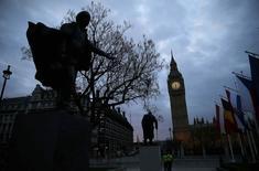 La Bourse de Londres a salué vendredi à l'ouverture la victoire des conservateurs aux élections législatives en Grande-Bretagne et contribué à la hausse des places européennes, qui profitent en outre d'une accalmie sur le marché obligataire. Le FTSE londonien prenait 1,74% vers 09h30 tandis qu'à Paris, le CAC 40 gagnait 0,57% et qu'à Francfort, le Dax montait de 0,56%. L'indice EuroStoxx 50 de la zone euro avance de 0,52% et le FTSEurofirst 300, qui intègre des valeurs britanniques, de 1,70%. /Photo prise le 8 mai 2015/REUTERS/Stefan Wermuth