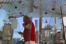 Telecom Italia a annoncé un bénéfice opérationnel en baisse de 7,7% au premier trimestre, sous le coup du ralentissement économique au Brésil alors que ses revenus se sont stabilisés en Italie grâce à ses investissements dans le haut débit et l'internet mobile. /Photo d'archives/REUTERS/Alessandro Bianchi