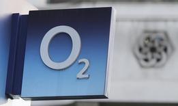 Hutchison Whampoa compte vendre à cinq investisseurs une participation d'un tiers au capital de sa filiale mobile britannique pour 4,3 milliards de dollars (3,8 milliards d'euros). Cette décision, doit aider le groupe du milliardaire Li Ka-shing à financer le rachat de près de 15,4 milliards de dollars d'O2, la filiale mobile britannique de Telefonica qu'il doit fusionner avec son propre réseau local Three Mobile pour créer le premier opérateur mobile britannique. /Photo prise le 23 janvier 2015/REUTERS/Suzanne Plunkett