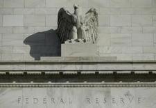 Detalle del frontis del edificio de la Reserva Federal de Estados Unidos en Washington, 28 de Octubre de 2014. Los precios de los títulos del Tesoro estadounidense subían el viernes ayudados por un dato sobre las contrataciones de personal en Estados Unidos en abril que alimentó las apuestas de que la Reserva Federal no comenzará a elevar las tasas de interés hasta fines del 2015. REUTERS/Gary Cameron