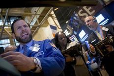Operadores en la bolsa de Wall Street en Nueva York, mayo 8 2015. Las acciones de Estados Unidos ampliaban su avance el viernes al final de la mañana luego de que un enérgico dato de empleo para abril mostró un repunte de la economía, que podría llevar a la Reserva Federal a elevar las tasas de interés más tarde este año. REUTERS/Brendan McDermid