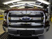 Camioneta Ford F150 terminada en la planta donde la nueva serie F de pickups Ford se construyen, en Kansas, 5 de mayo de 2015. La unidad de la automotriz Ford Motor Co. en Venezuela espera comenzar a vender en los próximos meses sus autos a precios fijados en dólares, como una alternativa para reactivar sus operaciones paralizadas por falta de insumos, dijeron a Reuters dos fuentes vinculadas con su red de concesionarios. REUTERS/Dave Kaup