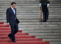 El primer ministro chino, Li Keqiang, durante una ceremonia en Pekín, 29 de abril de 2015. El primer ministro chino, Li Keqiang, visitará la próxima semana cuatro países de Sudamérica, informó el lunes el Ministerio de Relaciones Exteriores, una parte del mundo con la que Pekín tiene profundos lazos comerciales pero una limitada influencia política. REUTERS/Kim Kyung-Hoon