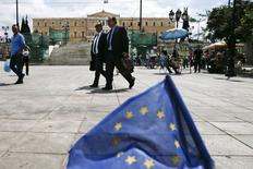 Una bandera de la Unión Europea frente a la plaza de la Constitución en Atenas, mayo 11 2015. Grecia pagó cerca de 750 millones de euros al Fondo Monetario Internacional el lunes, un día antes del vencimiento del plazo, dijeron a Reuters dos funcionarios del Ministerio de Finanzas griego. REUTERS/Alkis Konstantinidis