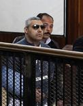 Jornalista da Al Jazeera Mohamed Fahmy (de óculos) em tribunal do Cairo. 12/02/20015 REUTERS/Asmaa Waguih