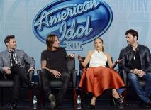 Ryan Seacrest, Keith Urban, Jennifer Lopez e Harry Connick Jr. (da esquerda para a direita), do programa American Idol, participam de painel da Television Critics Association em Pasadena, nos Estados Unidos. 17/01/2015 REUTERS/Kevork Djansezian