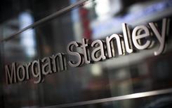 El logo corporativo de Morgan Stanley en su casa matriz en Nueva York, ene 20 2015. Los acuerdos alcanzados en el sector de hidrocarburos se acelerarían ante el alza de los precios del petróleo y una mejora en el panorama que han alimentado el apetito de los inversionistas, dijo el lunes un reporte de Morgan Stanley.   REUTERS/Mike Segar