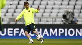 Lionel Messi, do Barcelona, treina na Allianz Arena, em Munique, na Alemanha, nesta segunda-feira. 11/05/2015 REUTERS/Michaela Rehle