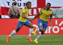 Michael Arroyo (esquerda) e Antonio Valencia comemorando gol durante amistoso contra a Inglaterra.  04/06/2014  Steve Mitchell-USA TODAY Sports