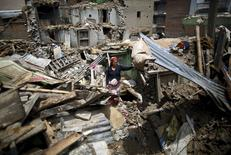 Женщина среди обломков здания в Непале. 12 мая 2015 года. Новое землетрясение магнитудой 7,3 балла произошло во вторник в Непале, унеся более двух десятков жизней и обрушив множество зданий в гималайской стране, пережившей в прошлом месяце еще более разрушительные подземные толчки. REUTERS/Navesh Chitrakar