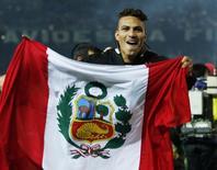 Atacante Paolo Guerrero, do Corinthians, com a bandeira do Peru na comemoração do título mundial conquistado pelo time paulista em 2012. 16/12/2012 REUTERS/Toru Hanai