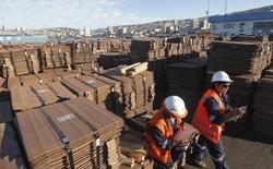 Trabajadores revisan un cargamento de cobre de exportación en el puerto de Valparaíso, ene 25 2015. El cobre alcanzó un máximo de una semana el martes gracias a una debilidad del dólar y a un aumento en los precios del petróleo,  mientras el mercado aguardaba señales sobre la fortaleza de la demanda de China, el mayor consumidor mundial del metal. REUTERS/Rodrigo Garrido