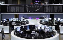 Operadores en sus estaciones de trabajo en la bolsa alemana de comercio en Fráncfort, mayo 8 2015. Las acciones europeas cayeron con fuerza el martes, arrastradas por una ola de ventas en los mercados globales de bonos que llevó a los inversores a reducir su exposición al riesgo.     REUTERS/Remote/Staff