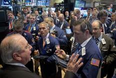 Трейдеры на фондовой бирже в Нью-Йорке. 12 мая 2015 года. Фондовые рынки США снизились во вторник за счет резкого повышения доходности облигаций на мировых рынках. REUTERS/Brendan McDermid