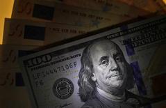 Банкноты доллара США и евро. София, 12 марта 2015 года. Курс доллара снижается накануне публикации отчета о розничных продажах в США. REUTERS/Stoyan Nenov
