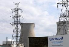 La compagnie d'électricité belge Electrabel, filiale d'Engie (ex-GDF Suez), a déclaré mercredi que les réacteurs nucléaires Tihange 2 et Doel 3, fermés en 2014 après la découverte de microfissures dans leur cuve, resteront à l'arrêt jusqu'au 1er novembre suite à un avis de l'Agence fédérale de contrôle nucléaire (AFCN). /Photo d'archives/REUTERS/François Lenoir